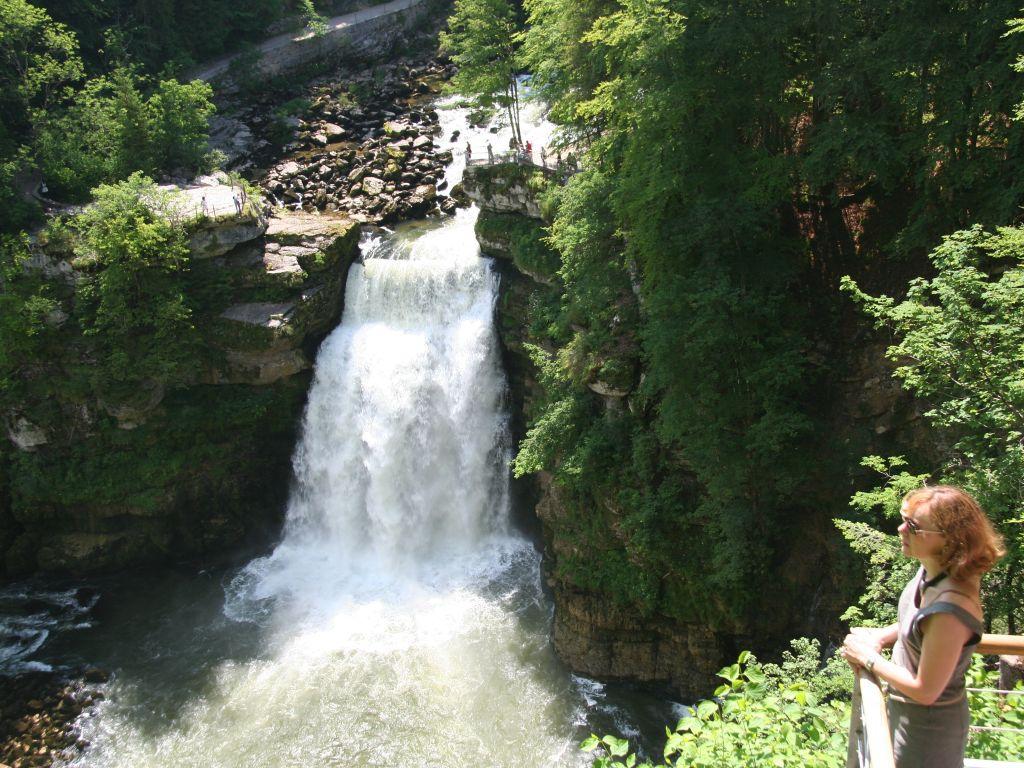 Der Doubs-Wasserfall als Grenze zwischen Frankreich und der Schweiz