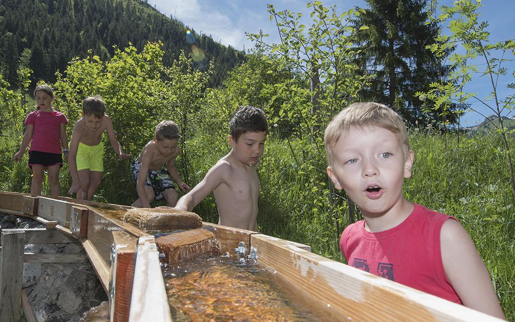 Gebuststagssause auf dem Wasserspielplatz Gwunderwasser im Naturpark Diemtigtal