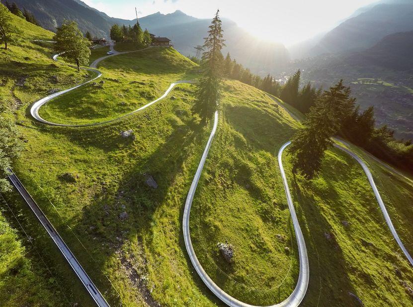 Mit bis zu 40 Stundenkilometern geht es auf der Rodelbahn Pfingstegg den Berg hinunter