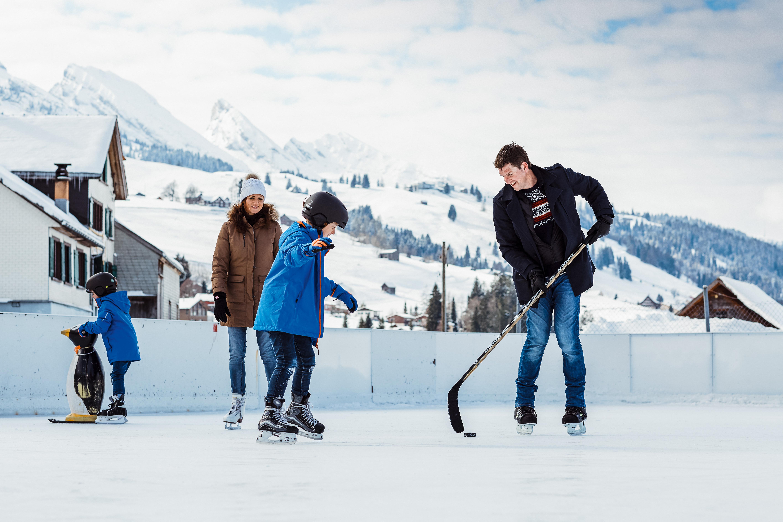 Familienerlebnisse auf einer winterlichen Eisbahn