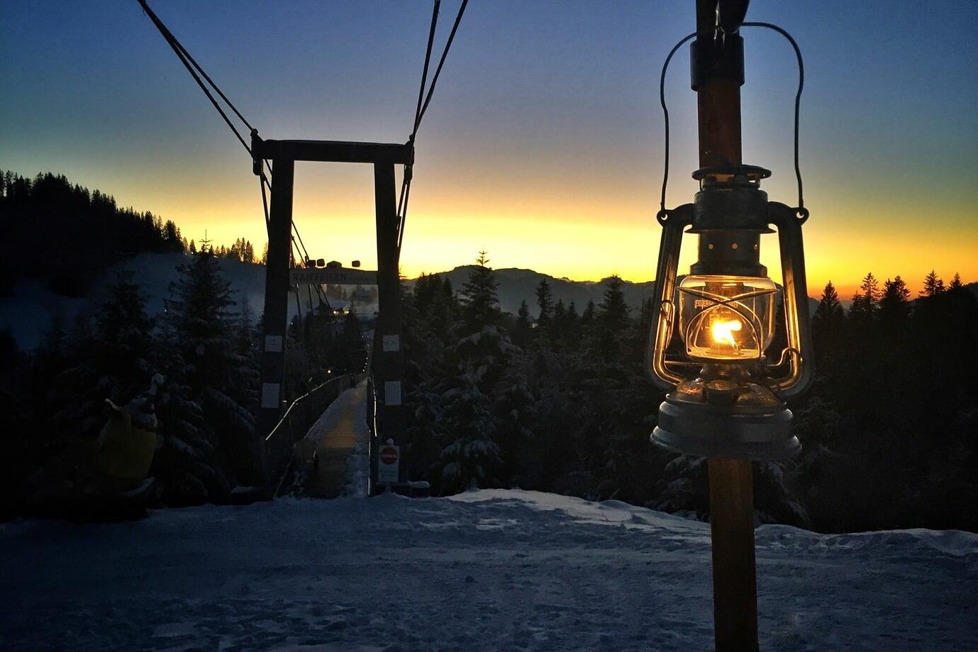 Gesäumt von 50 Lichtern: Der Laternenweg auf dem Sattel-Hochstuckli
