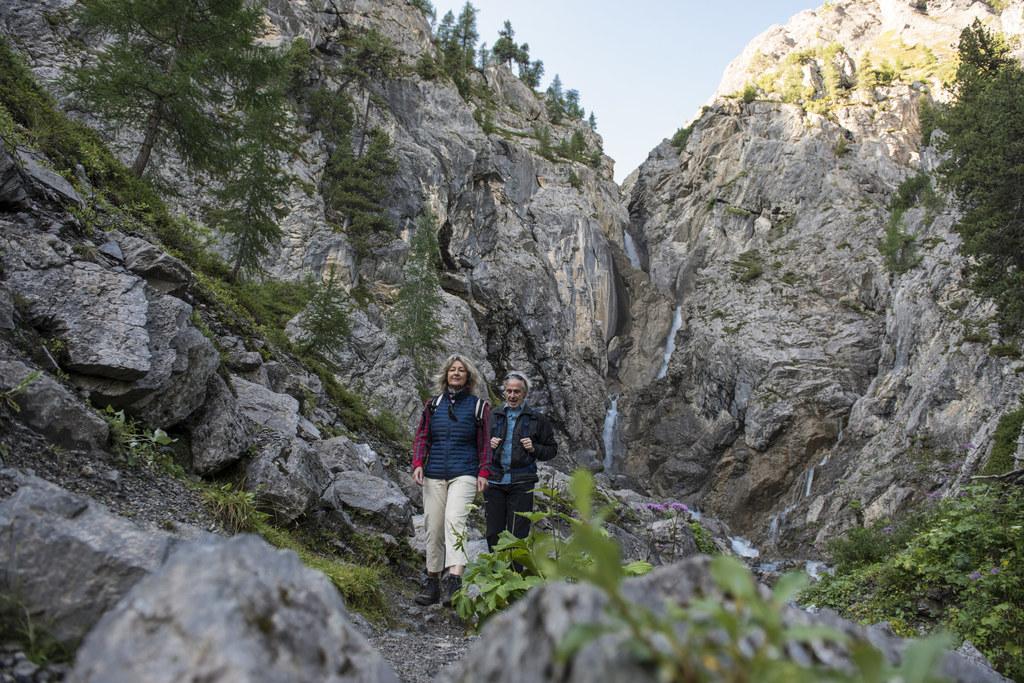 Familienwanderung zum Ducan-Wasserfall im Kanton Graubünden